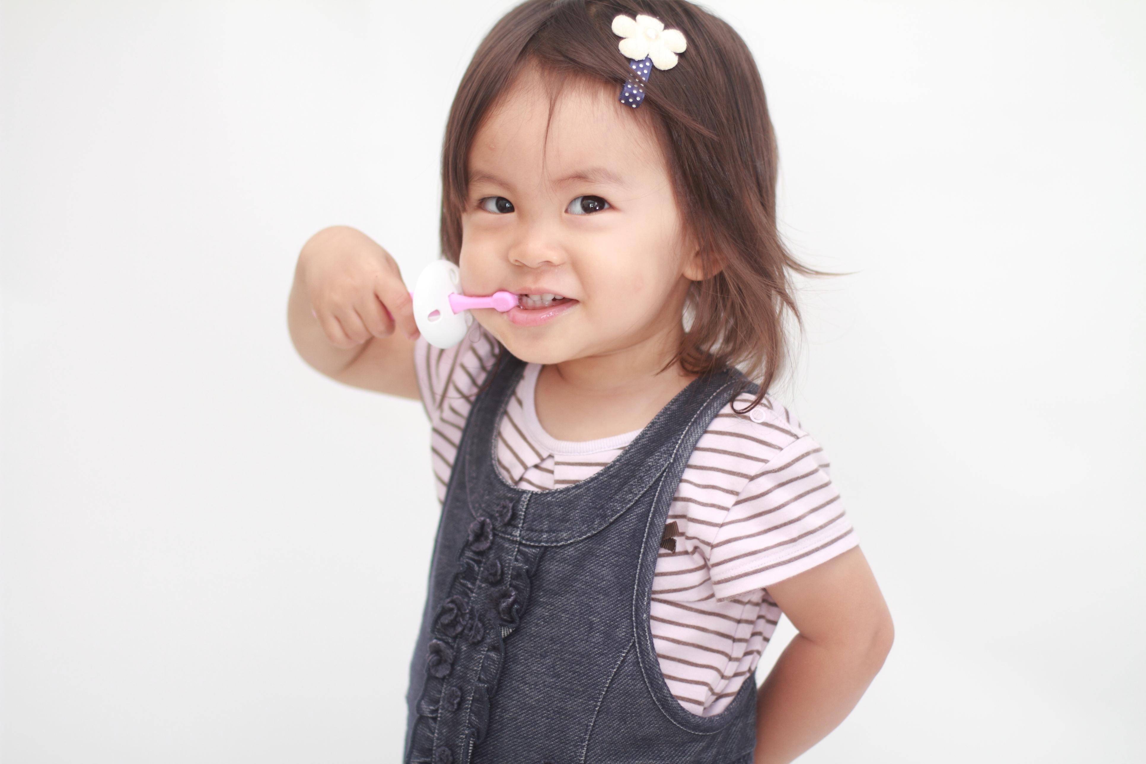 Infant_brushing_teeth.jpg